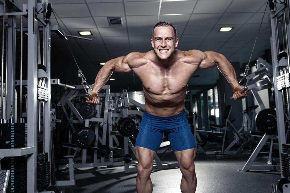 Brustmuskeln trainieren mit einem Seilzug