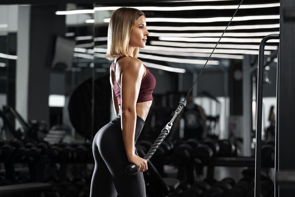 Frau beim Brustmuskeltraining
